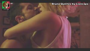 Bruna Quintas em cena sensual na serie Luz Vermelha